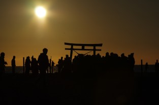 太陽もだいぶ高くなったけど、参拝に訪れる人はまだ多い。