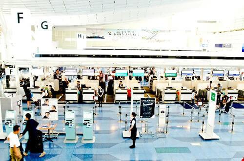 欠航時の空港カウンターは混雑