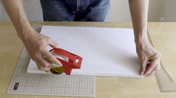 レフ板の背にテープを貼るイメージ