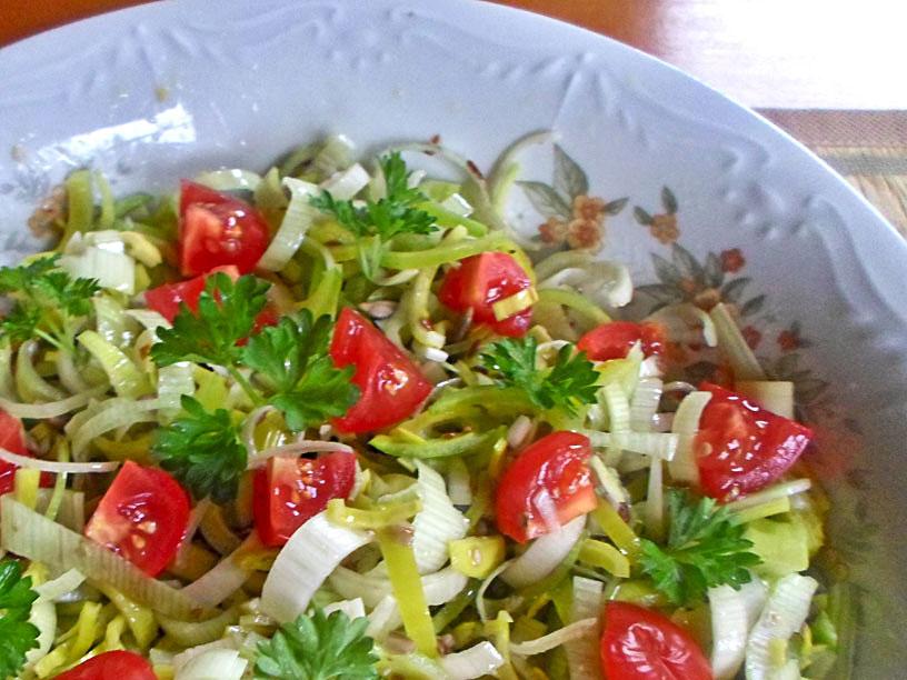 Zdrowa surówka z pora , pomidora , natki pietruszki i ziaren