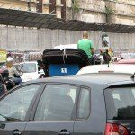 Dorożka, skuter, samochody - ruch na uliczce Testaccio