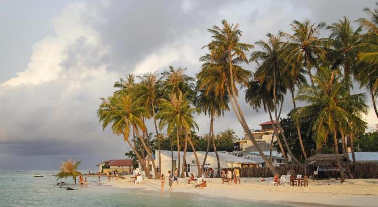 Недорогой остров Маафуши на Мальдивах известен большим количеством отелей, ресторанов и магазинов