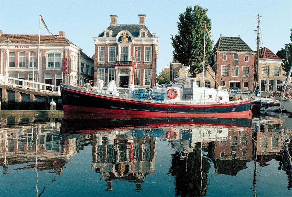 Slapen op een reddingsboot in de haven van Harlingen.