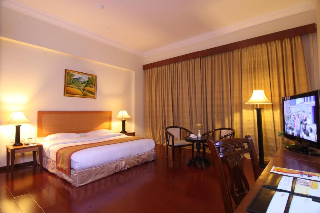 2D1N Stay in Golden View Hotel Batam + 2-Way Ferry + Land Transfer + Breakfast