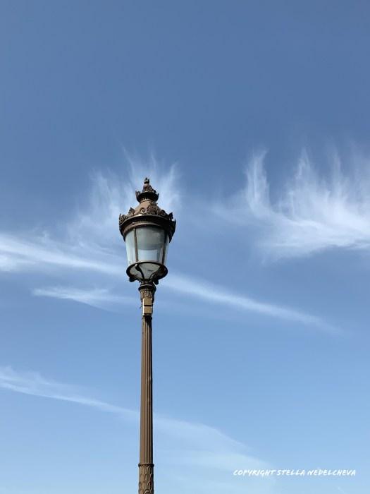 Un lampadaire entre les nuages