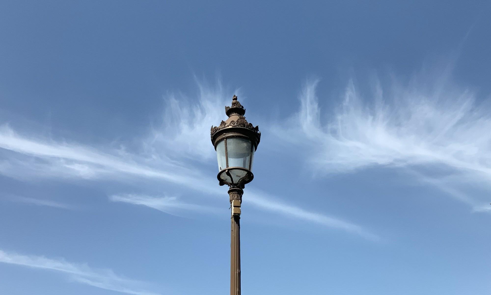 Lampadaire entre les nuages