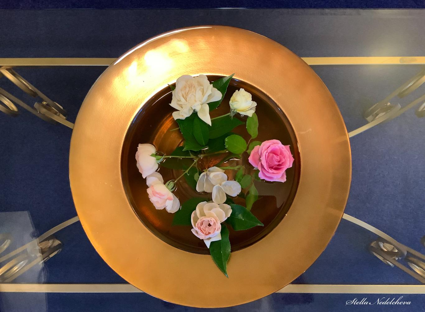 Décoration avec des fleurs dans l'eau