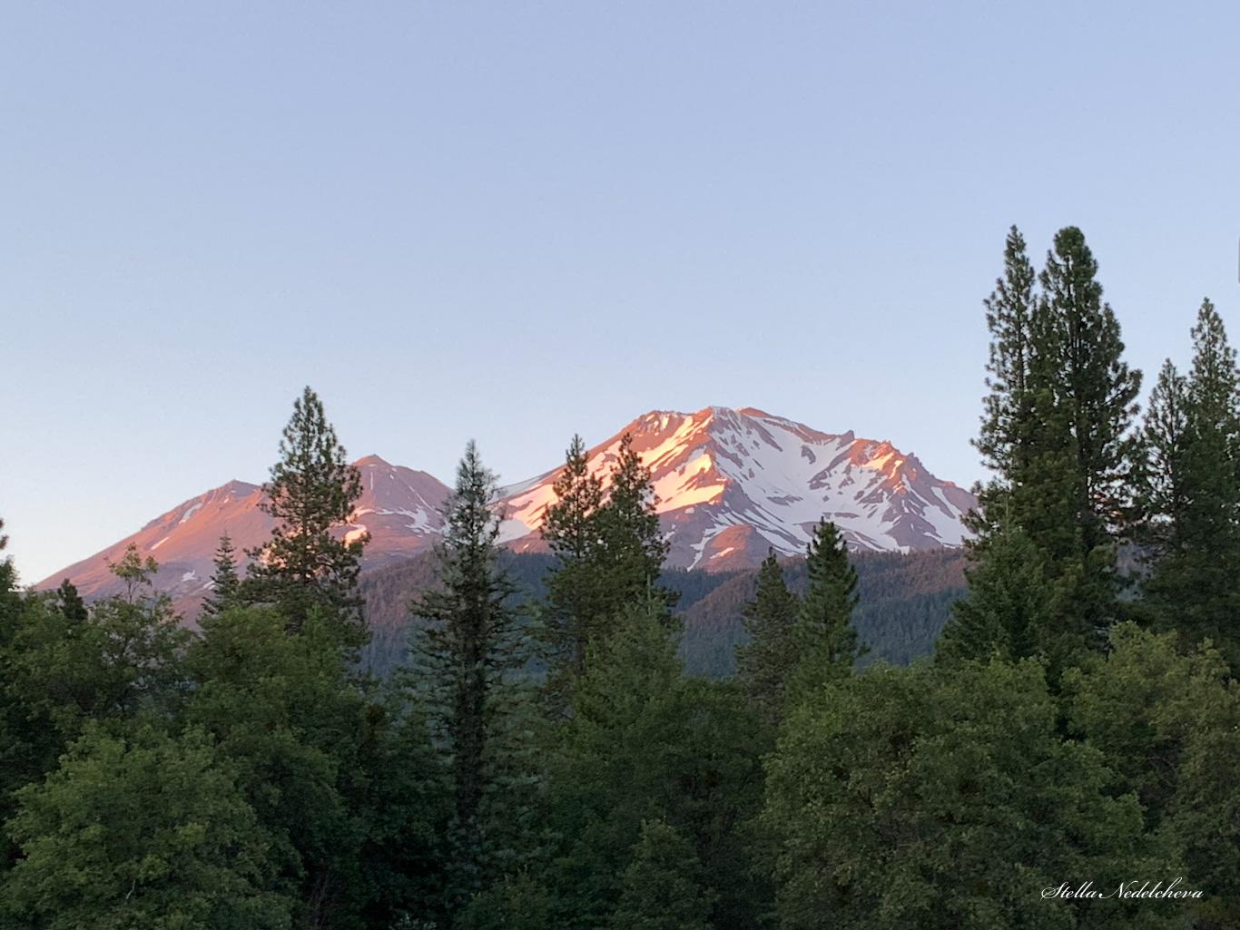 Mont Shasta au coucher du soleil