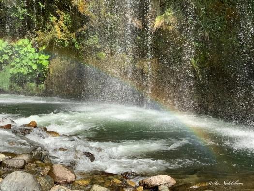 Cascade d'eau et arc en ciel