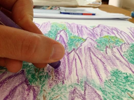 dessin de montagnes violettes au pastel gras