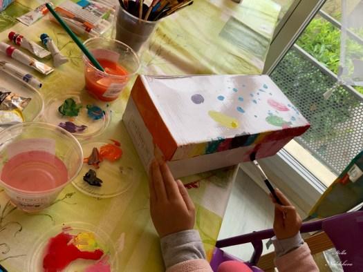 Les mains d'un enfant en train de créer