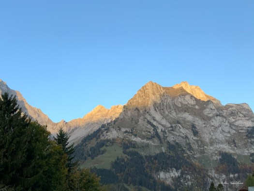 Sommets alpins au soleil