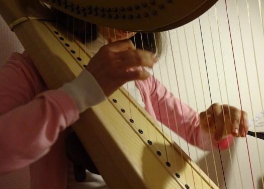 mains d'une harpiste