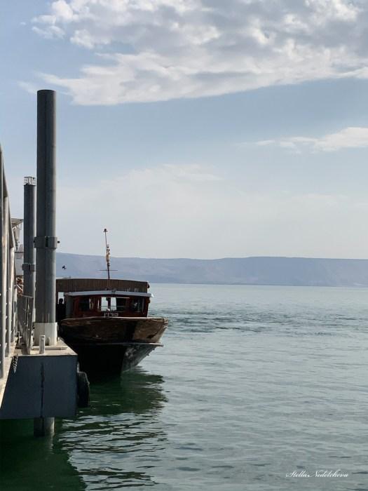 Un bateau à quai sur la mer de Galilée