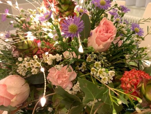 Décoration intérieure  avec des fleurs et des lumières