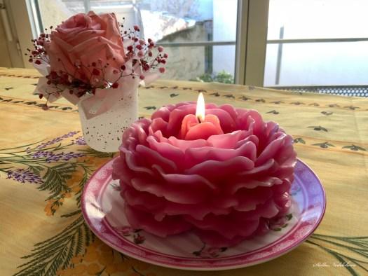 Belle bougie en forme de rose rose