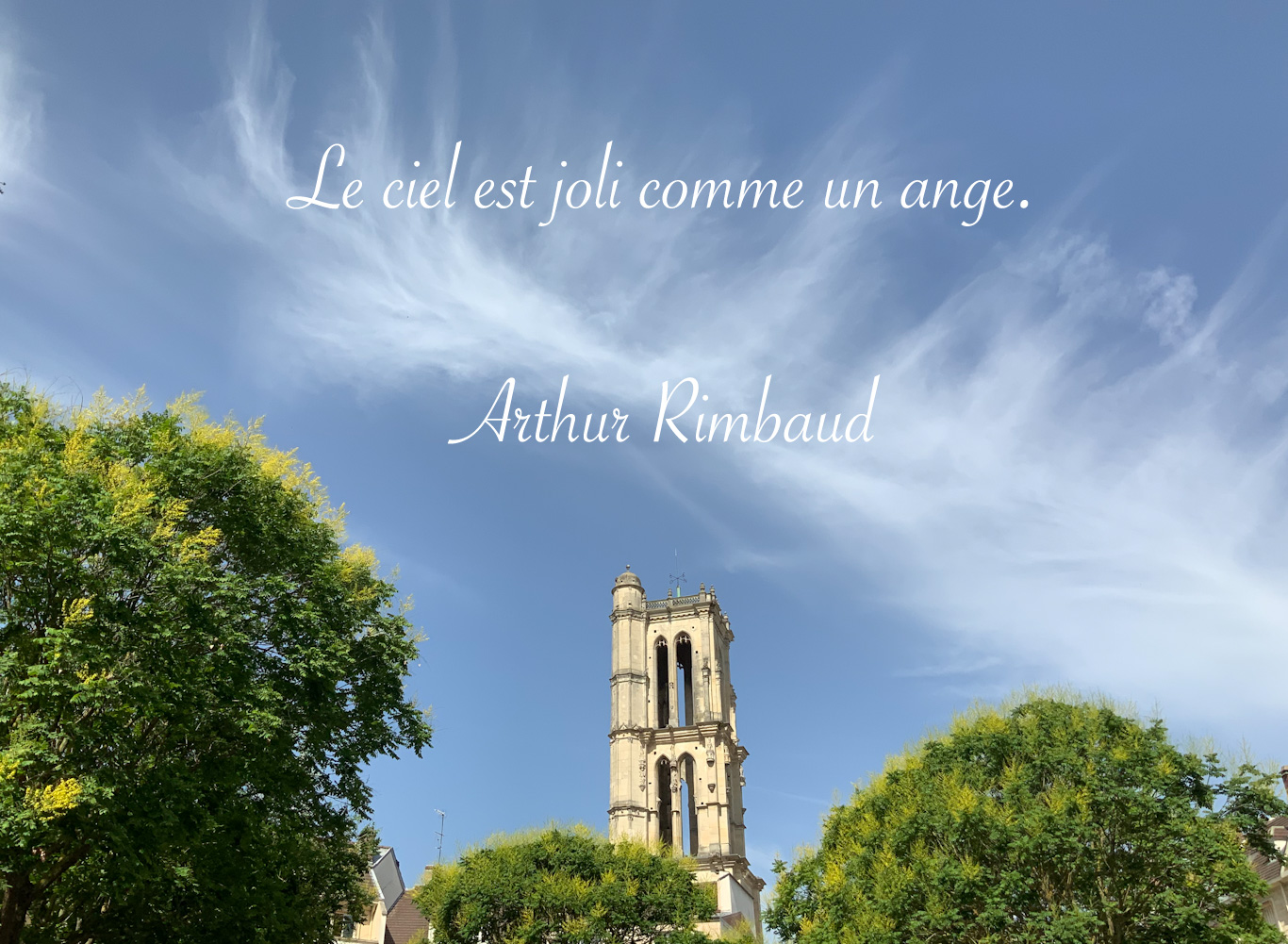 Un joli ciel au dessus de la tour Saint Maclou à Mantes-la-Jolie