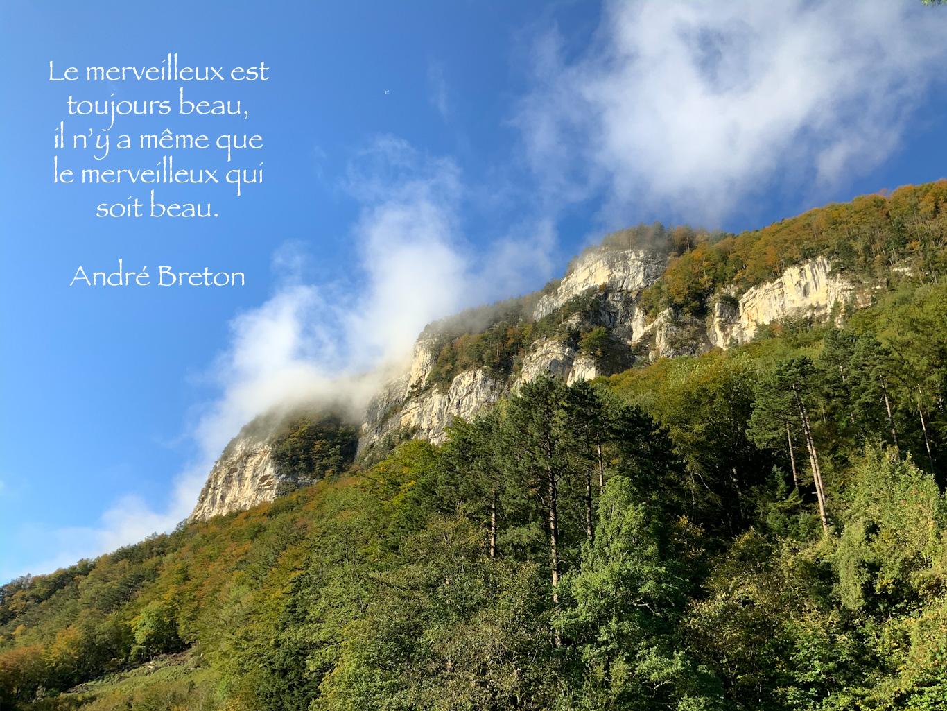 Rochers des Alpes Suisses sous les caresses des nuages