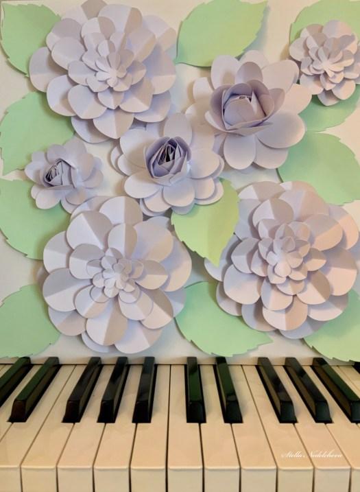 Tableau 3D de fleurs en papier sur les touches d'un piano