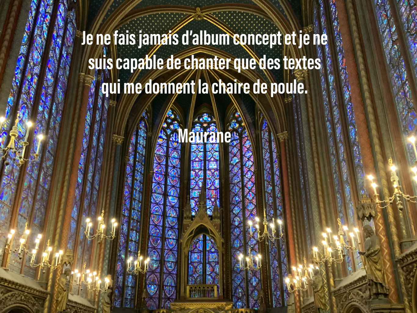 Citation de Maurane sur le fond des vitraux de la Sainte Chapelle à Paris