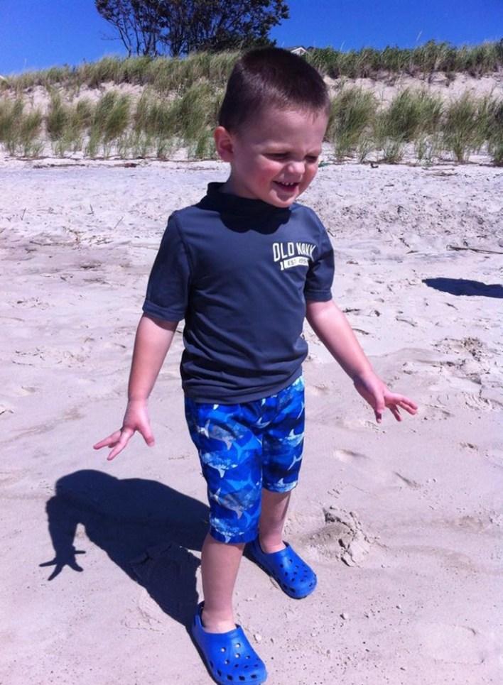 Στον αυτισμό πρέπει να γιορτάζεις το κάθε επίτευγμα, ακόμα κι αυτά που άλλοι παραβλέπουν, ακόμα και κάτι τόσο απλό όσο το να αγγίζεις την άμμο.