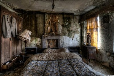 Stunning Pics Of An Abandoned Farmhouse Where The Bed Is ...