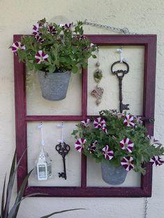 Alte Weinkisten, altes Fenster und Emaille kombiniert mit