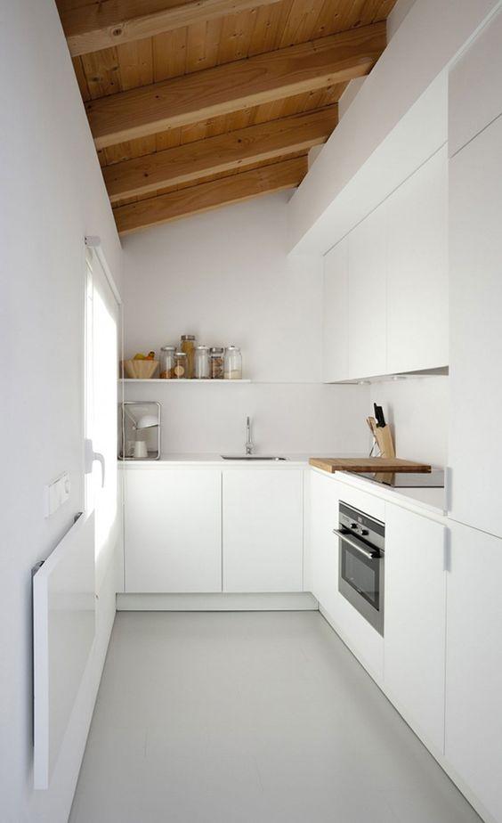 Schicke, simple Küchenoberfläche, toll für einen kleinen, hohen Raum: