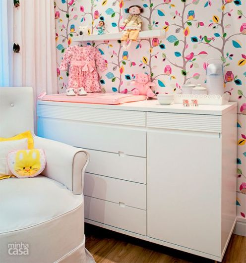 Quarto de bebê mescla azul, amarelo e rosa na decoração - Casa: