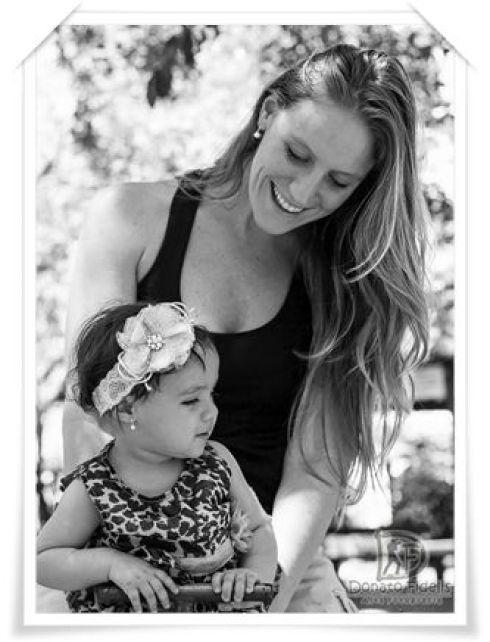 Mom and daugther in black and white. / Mãe e filha em preto e branco.: