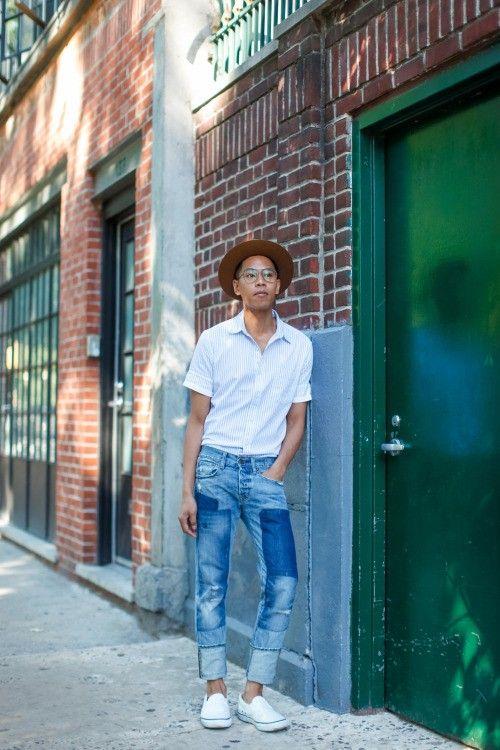 ハードなダメージデニムにはTシャツではなく敢えての白シャツ