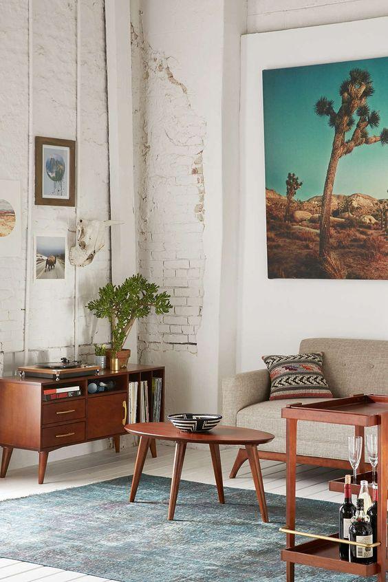 Parede branca de tijolinhos + sofá cinza + mesinha de centro, bar e cômoda de madeira #decor #livingroom: