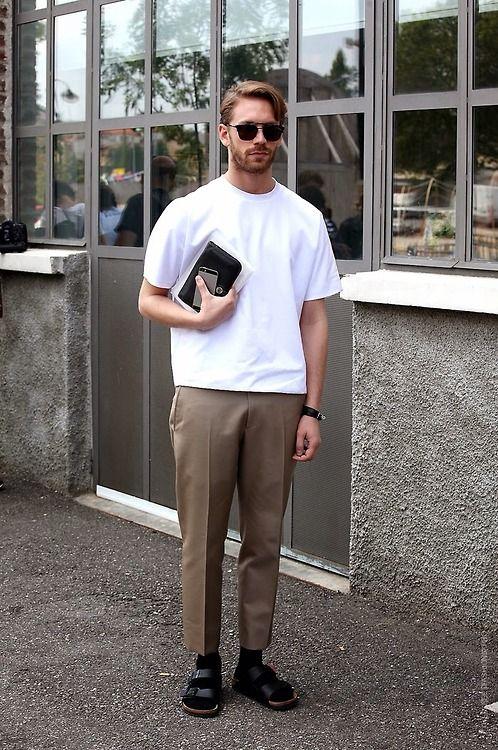 アンクルレングスのチノパンに白のオーバーサイズのTシャツを合わせたトレンドコーデ