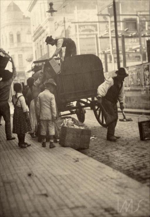 1910 - Carroça de coleta de lixo na Rua Direita, entre o Largo da Misericórdia e a Rua São Bento.:
