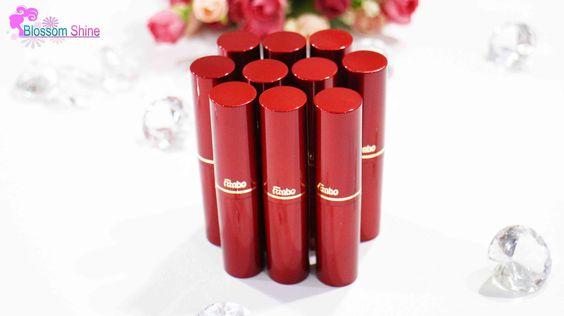 Fanbo Matte Lipstick dikemas dalam tabung merah dengan lis emas