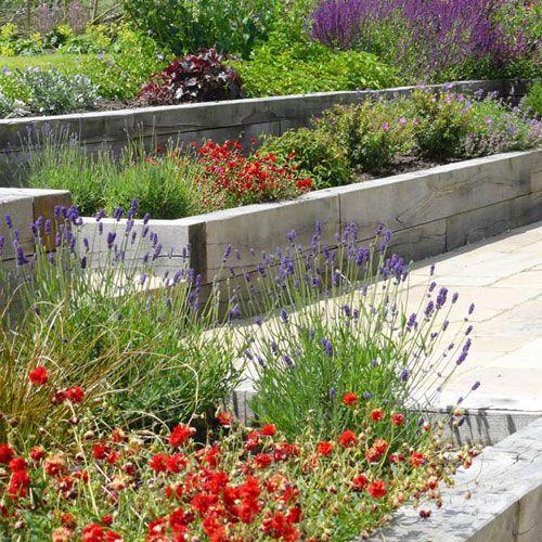 grånat byggtimmer i ek, terrassering med växter mellan.: