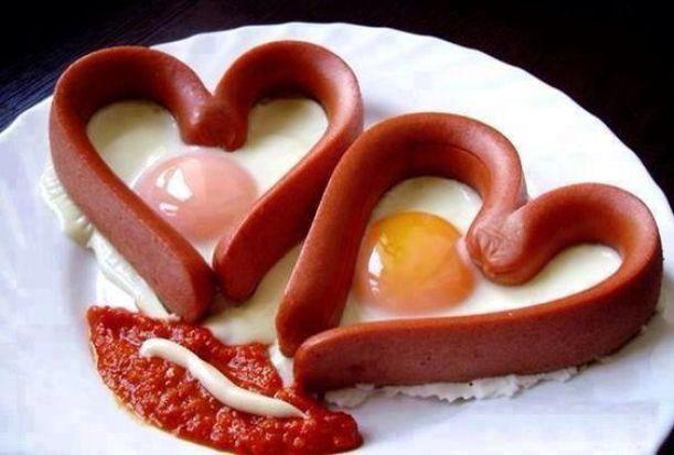 huevos y salchichas corazon, comida divertida