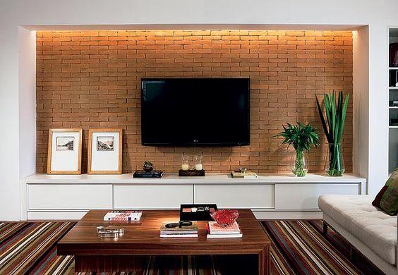 A mangueira com lâmpadas xenon, embutida em um rasgo no teto, proporciona luz difusa que não interfere na imagem da TV, além de valorizar a textura dos tijolos  Arquivo / Casa e Jardim: