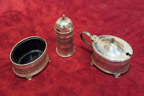 Yerel bir müzayede evinde yer alan bu üç parçalı gümüş çeşniyi aldım ve ödediğimde beş kez çevirdim.  Eğer meraklı bir kanatçıysanız, antikalarınızdan oldukça iyi karlar elde edebilirsiniz.