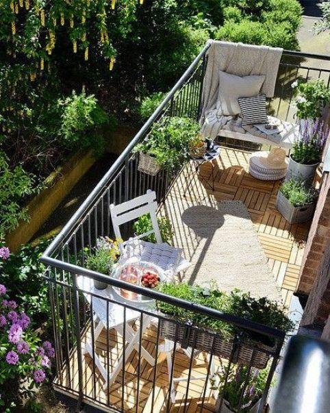 Même le plus petit balcon peut devenir une oasis reposante avec un peu de décoration. L'ajout de quelques objets et une touche de couleur peut transformer un endroit terne en un lieu où vous aurez plaisir à passer du temps.:
