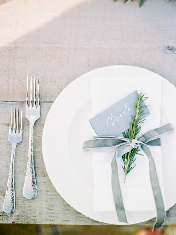 Beachy + minimalist place settings: http://www.stylemepretty.com/2016/03/14/modern-minimalist-rosemary-beach-wedding-in-florida/ | Photography: Lauren Kinsey - http://laurenkinsey.com/:
