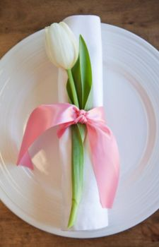 An adorable, yet simple #Easter place setting! We heart the pink ribbon and the tulip!: