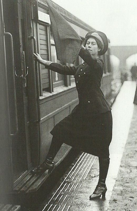 Londres, 1916 - a guerra deu às mulheres uma rara oportunidade de mostrar o seu valor em empregos altamente responsáveis, tais como guarda, visto aqui. Assim que a guerra terminou estes postos de trabalho tornaram-se sómente para homens mais uma vez.: