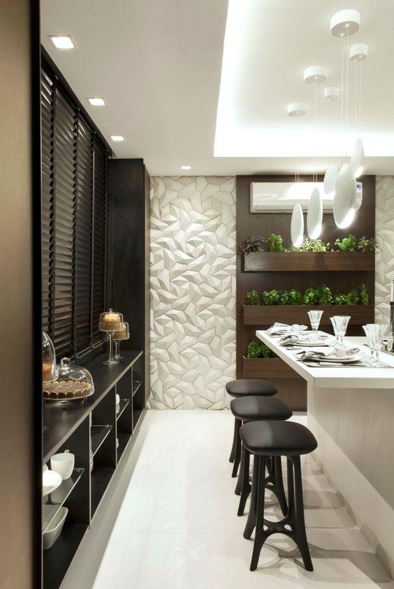 Cozinha preta, branca e bronze com acabamentos modernos e horta - linda! PAREDE DA HORTA REVESTIDO COM CIMENTÍCIO 3D DA SOLARIUM BRANCO, LINHA SYNAPSIS: