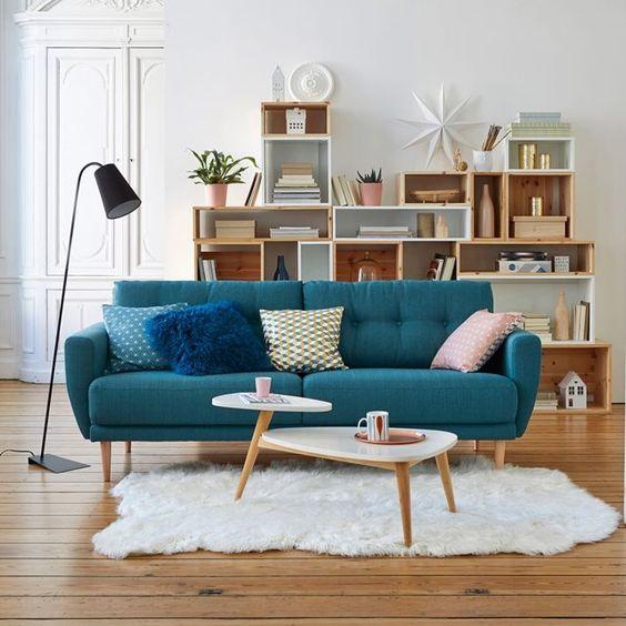 Jolie déco de salon avec canapé bleu canard type retro vintage scandinave:
