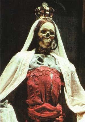 Коронованная ''мумия'' Инес де Кастро (Сцена из спектакля: