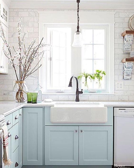 Small kitchens can be so adorable! I actually prefer a cozier sized space, they are so homey. Today on the blog I'm featuring some budget-friendly ideas for small kitchens no matter what style you love! I ❤️ this cottage kitchen by @prettyhandygirl via @betterhomesandgardens Find the post via the link in my profile >http://theinspiredroom.net/2016/05/12/ideas-for-small-and-budget-friendly-kitchens/ #smallkitchen #kitchenideas: