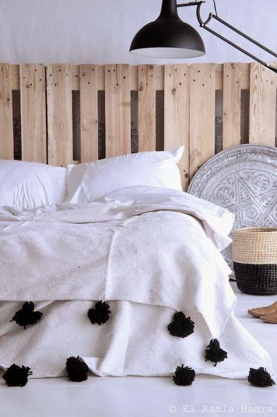 barefootstyling.com pompom blankets. decoración marroquí para dormitorio: