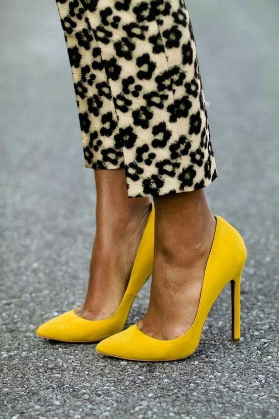 Escarpins jaunes et pantalon droit imprimé