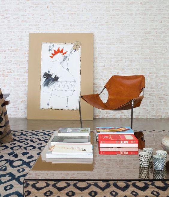 Sala-de-estar-tijolos-pintura-caiada-mesa-de-centro-espelho (Foto: Maíra Acayaba/Editora Globo):